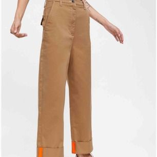 """Säljer mina """"The Sergeant Chino"""" från Zaras collection Premium Denim Collection. Köpte dessa i Prag, tror inte de säljs i Sverige. Jättesköna och typiskt streetwear stil. Skriv om du har några frågor!"""