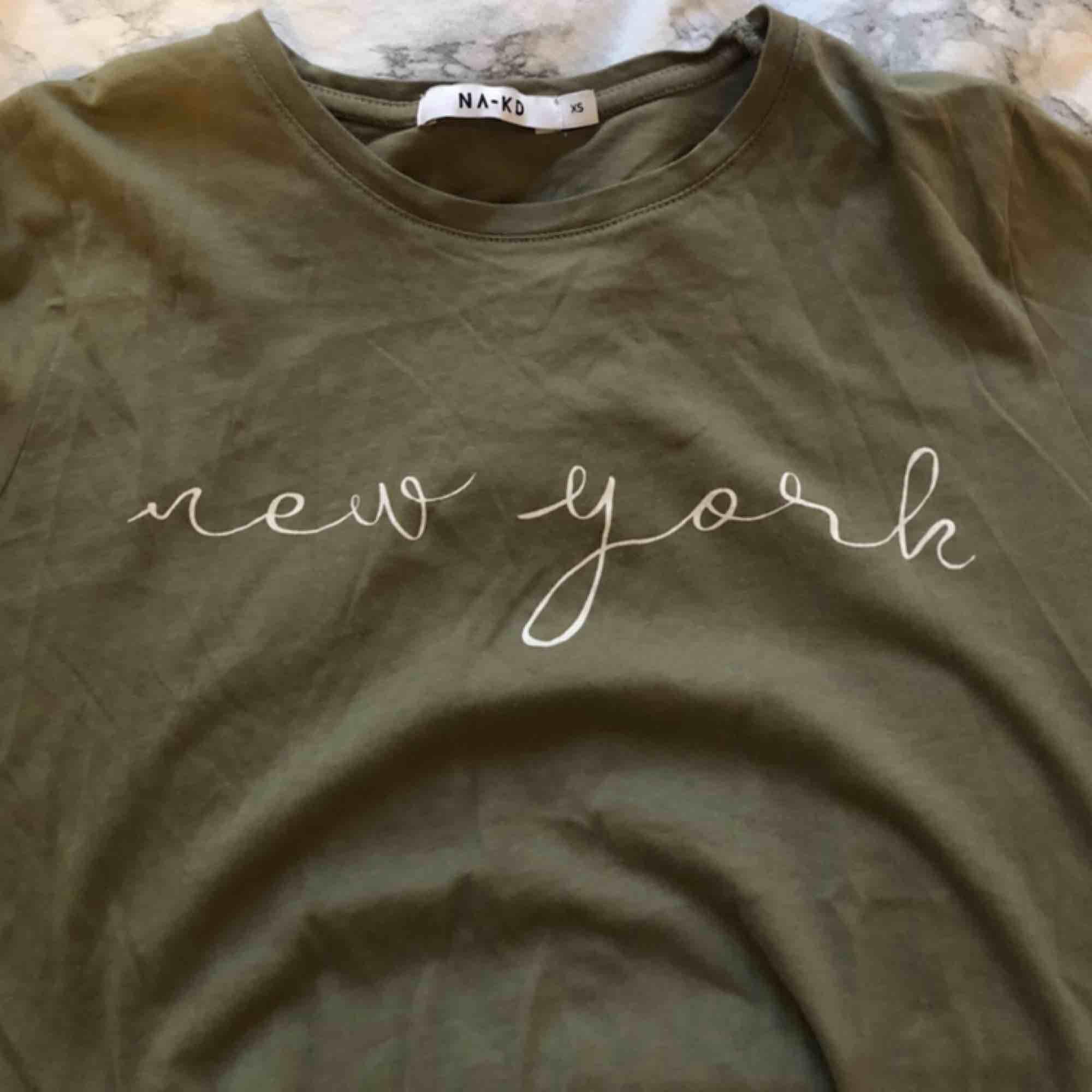 superfin tisha ifrån nakd! endast använd ett fåtal gånger! köparen står för frakt 🥰📦. T-shirts.