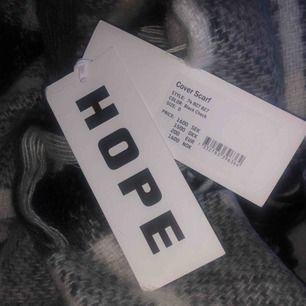 Superfin svartvit halsduk från Hope! Aldrig använd, lappen är fortfarande kvar.