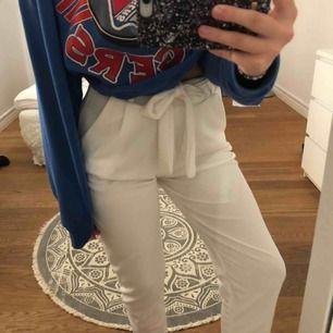 superfina kostymbyxor ifrån nelly! aldrig använda endast testade. avklippta längst ner (de sista bilden) och därför är det lite lägre pris. köparen står för frakt 🥰📦