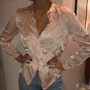 Super fin silkeskjorta i ljusrosa silke.💕