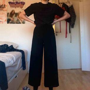 Säljer mina vida kostymbyxor från Zara! De är kroppad, så dem slutar lite ovanför ankeln beroende på hur lång man är. Högmidjade!