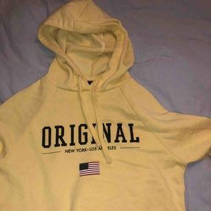 Supermysig hoodie i en snyggaste färgen! Köpt från Gina, använd Max 5 gånger. Storlek XS. Fråga om fler bilder om så önskas!  🥰🥰🥰
