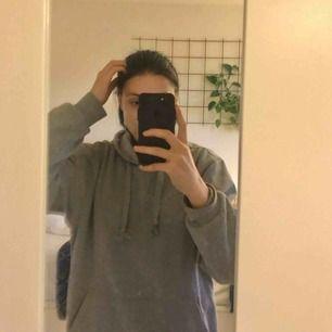 Säljer min oversized gråa hoodie från Texas Bull! Kan skicka, skriv om du har några frågor!