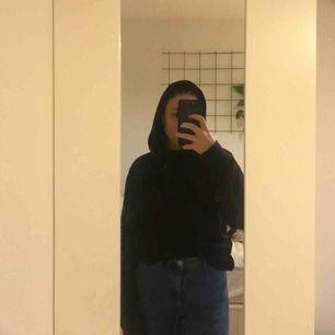 Säljer min svarta hoodie! Står L i tröjan men skulle säga att det är en oversized m. Skriv om du har några frågor!