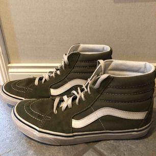 Olivgröna skor från vans. Köpta på junkyard. Man ser att dom är använda men är ändå i fint skick.  Frakt 30kr💚