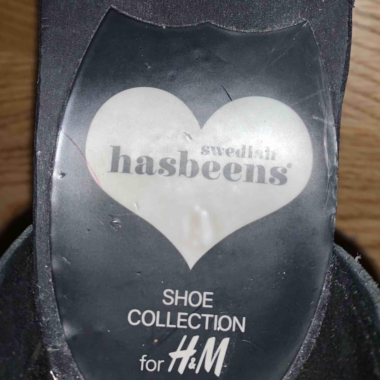 Träskor/klackskor från Hashbeens x H&M som kom för några år sen.  Dom är fint skick, har knappt använts pga för lite för små. De är strl 38 men skulle säga snarare 36-37, då dom är rätt tighta.. Skor.