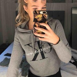 Grå Calvin Klein hoodie, väldigt bra skick. Frakt står köparen för. Ordinarie pris 1200kr.