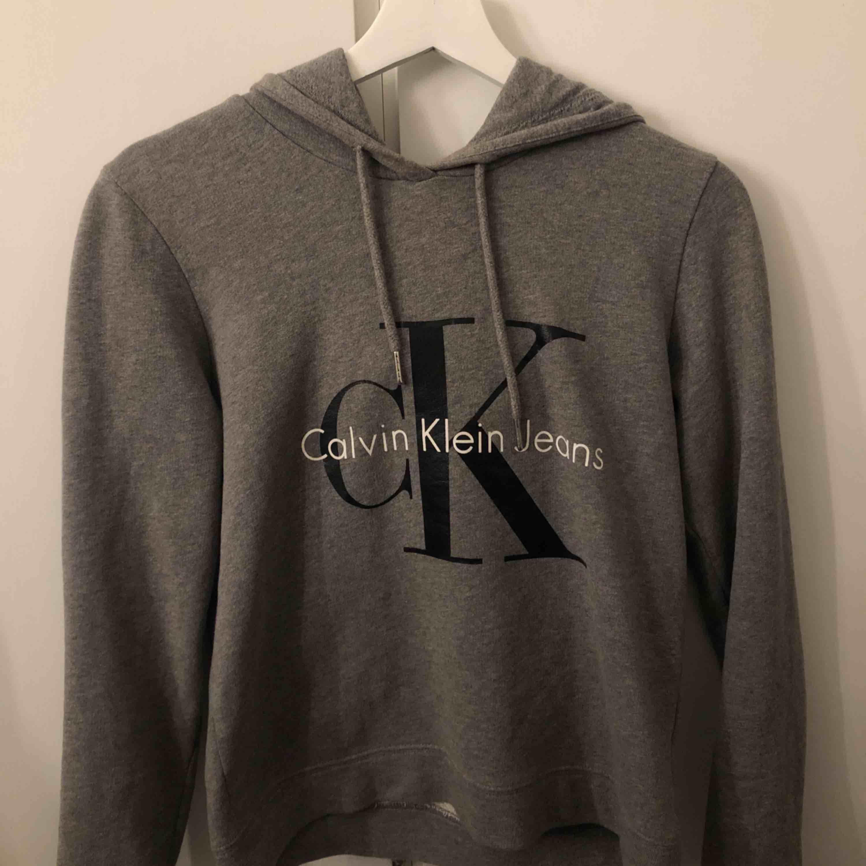 Grå Calvin Klein hoodie, väldigt bra skick. Frakt står köparen för. Ordinarie pris 1200kr.. Huvtröjor & Träningströjor.