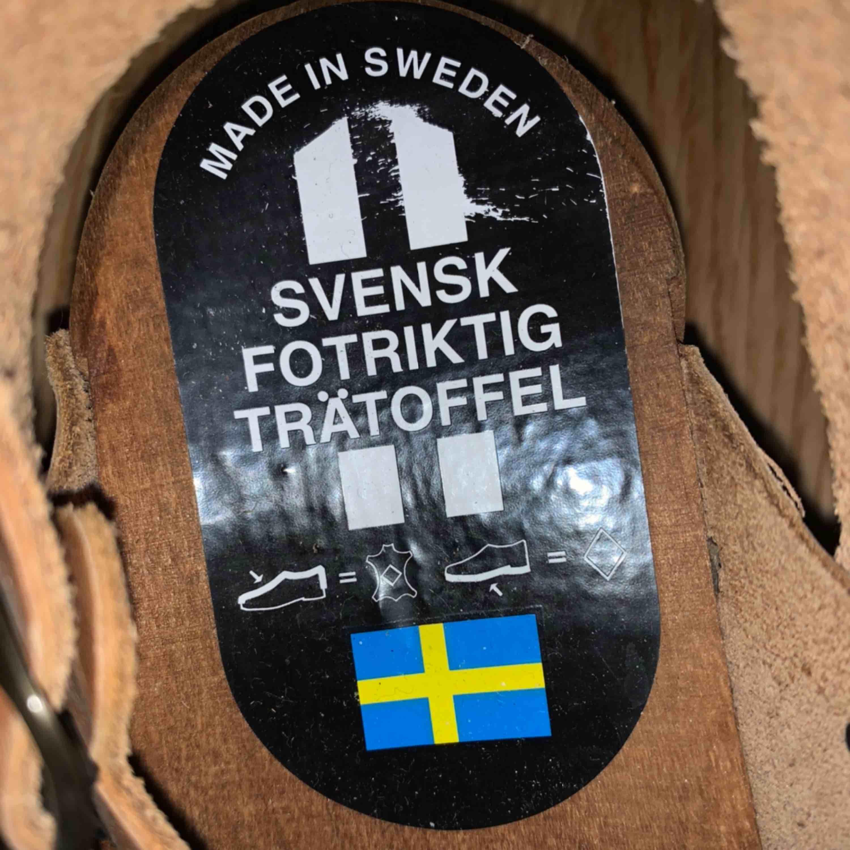 Äkta svenska trätofflor/träskor a la 70tal.  Mjuk skönt läder, liten missfärgning på trät men annars fint skick. Använts max 3ggr. Köptes nya för kanske 5 år sen. Skor.