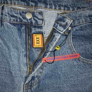 Ett par svinsnygga UNIF X-Jean i storlek 31, måtten är midja 78 cm, höfter 104 cm och benen från midjan är 99 cm.  Helt oanvända och alla lappar är kvar, nypris cirka 1100kr inklusive frakt. Frakt tillkommer med kan också mötas i Stockholm ♥️