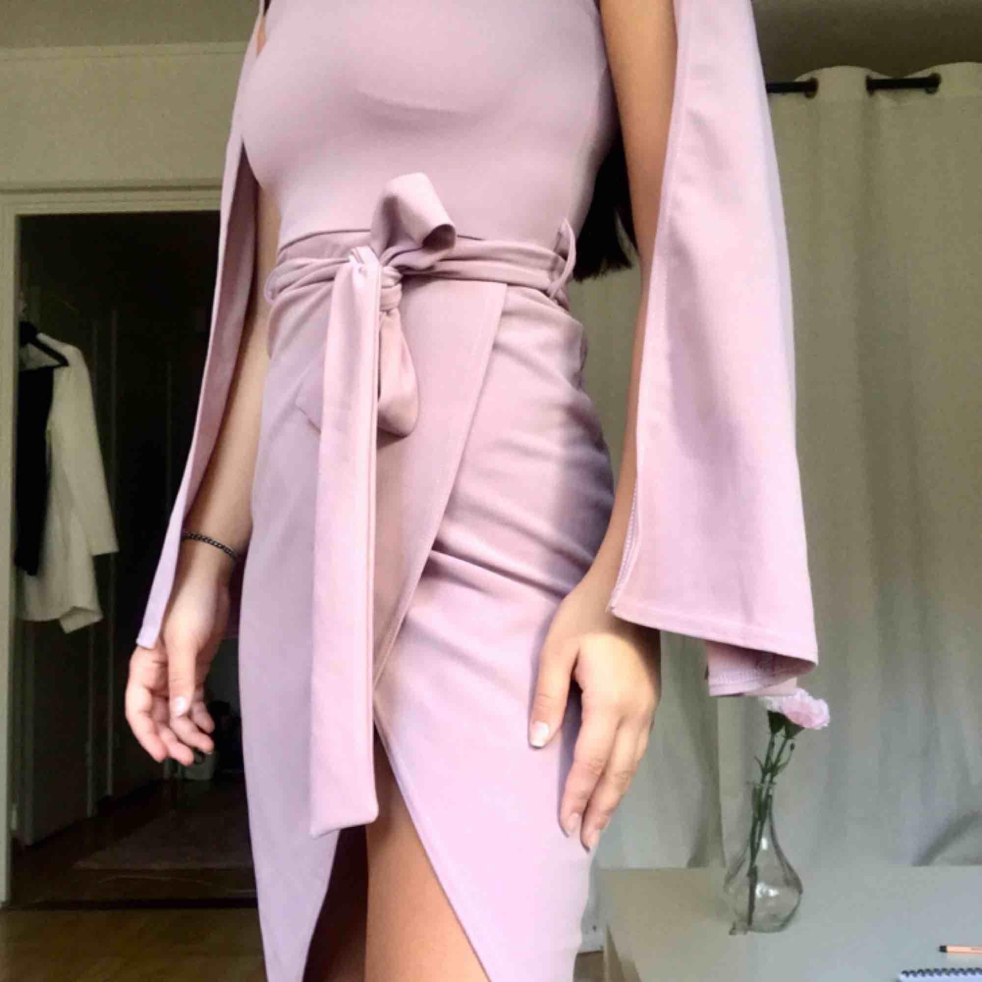 """Super fin rosa/lila-aktig klänning med """"lösa"""" ärmar. Helt oanvänd, köpte den till ett bröllop men använde en annan klänning💞. Klänningar."""