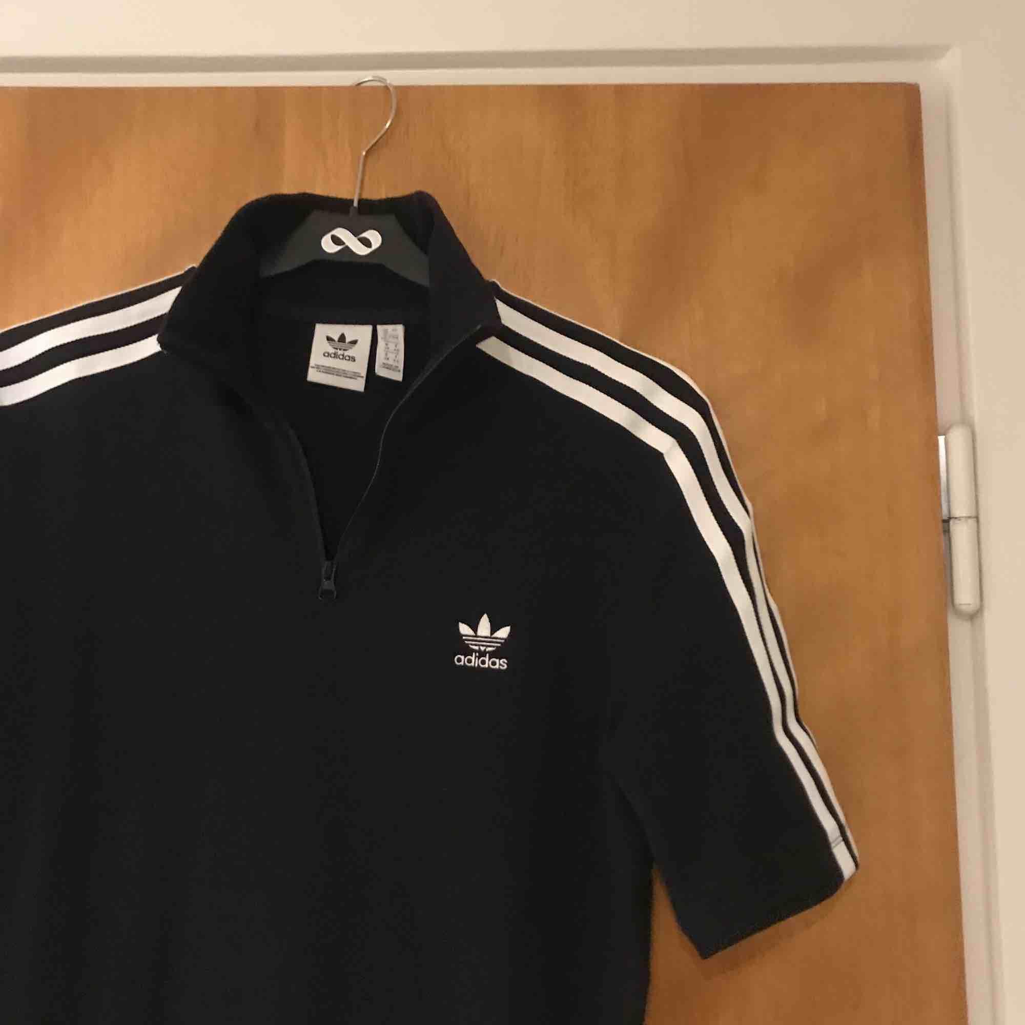 Klänning från Adidas med polokrage + dragkedja! Aldrig använd.  Nypris: 600kr  (Köparen står för frakten). Klänningar.