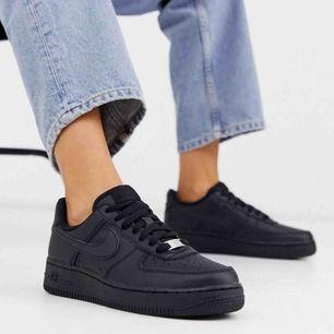 Superfina svarta (fake läder) nike air force 1, nypris ca 1000kr. Säljs pga för lite anvnändning, därav i prima skick! Säljs för halva ursprungspriset + frakt tillkommer❤️ unisex skor (första bilden är ej min egna)