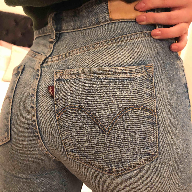 Håliga Levi's jeans! Saknar en hälla men annars är de i fint skick 💕 frakt tillkommer. Jeans & Byxor.
