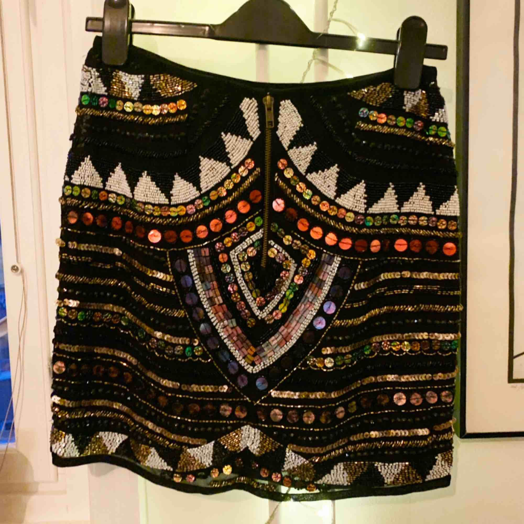 Paljett broderad kjol från River Island. Jättefint plagg som jag tyvärr inte använt, då den är köpt i för liten storlek. Mått: midja 72 cm, Längd mitt bak 43 cm. . Kjolar.