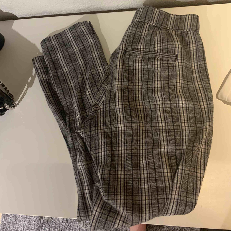 """Jätte snygga """"kostym""""byxor ifrån Hollister, grå rutiga. Sitter jätte snyggt men tyvärr försmå för mig. . Jeans & Byxor."""