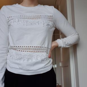 Så snygg vit tröja med spetsdetaljer i storlek XS, passar även S. Säljer då den börjar bli för liten. Jag fraktar gärna men kan även mötas upp💖
