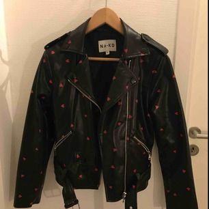 Super snygg och knappt använd skinn jacka med hjärttryck på. Jackan är i storlek XS och kommer ifrån NA-KD. Finns inte längre att köpa