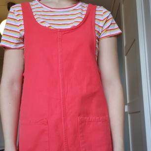 Röd jeansklänning från Monki i strl XS. Säljer då den tyvärr inte används så mycket som den borde. Jag är en S/M och den passar mig bra. Beror på vad man vill ha för passform. Jag fraktar gärna men kan även mötas upp💞  Även t-shirten är till salu. Pris för båda: 200 kr.