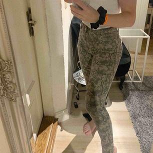 Ormmänstrade jeans från zara, storlek 38 men passar 34/36