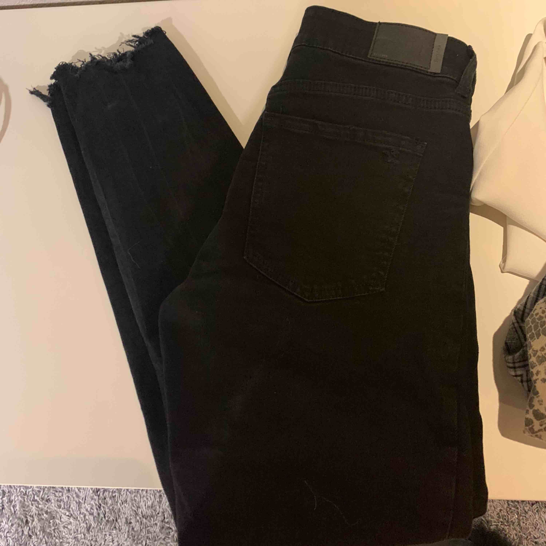 Svarta jeans från Bershka. Snygga med slitningar både nere och på knä, Tyvärr passar de inte mig.. Jeans & Byxor.