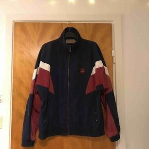 """En liten sportigare jacka från """"Melbourne Sportswear"""". Köpt från Second Hand men är i väldigt fint skick då lappen satt kvar då jag köpte den + har endast använt den 2-3 gånger själv. (Köparen står för frakten)"""