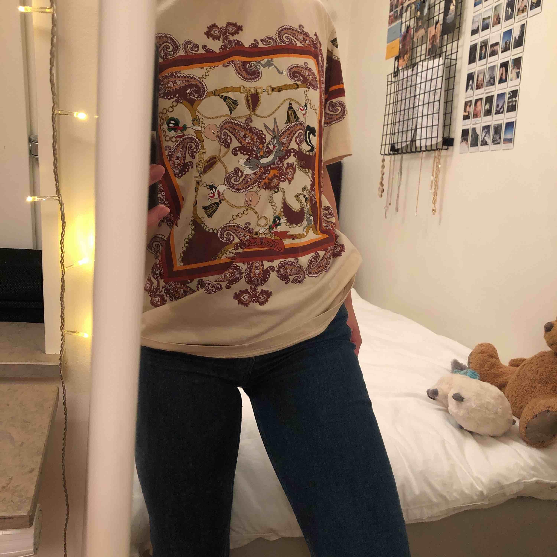 Cool Loney Tunes t-shirt från Zara! Använd 1 gång, och säljer pga att den inte är min stil riktigt. Men den förtjänar helt klart en ny ägare! 🧡frakt tillkommer. T-shirts.