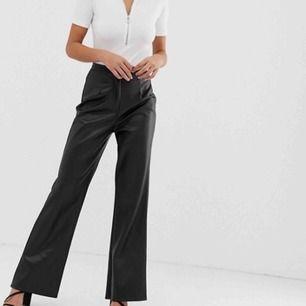 Ett par as snygga faux leather trousers som formar sig otroligt bra både i midjan och kring låren 🥰 formar sig bra för de som har mindre midja, större lår! 👍🏼 passform: straight leg! Väldigt bra skick