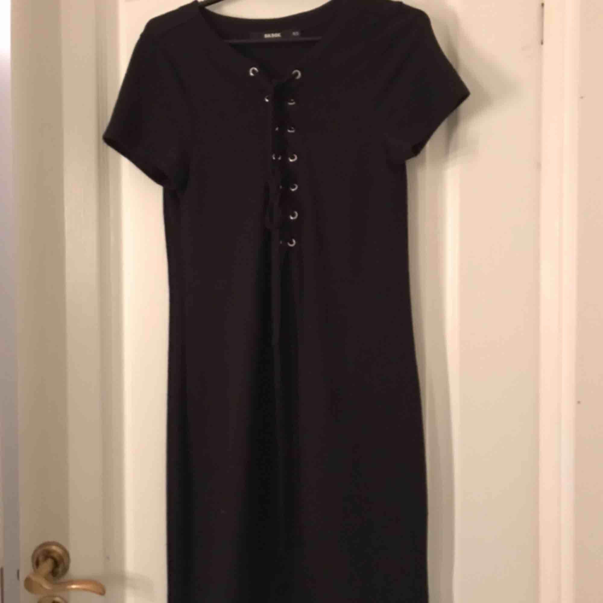 Skön klänning med snörning. Klänningar.