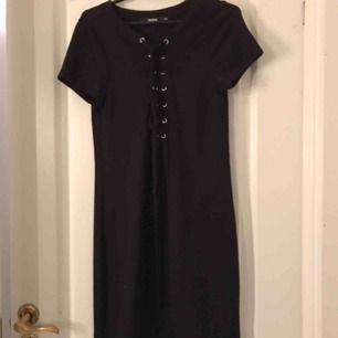 Skön klänning med snörning