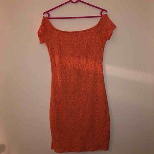 Korallröd offsholder klänning i fint skick   Eventuell frakt tillkommer💞