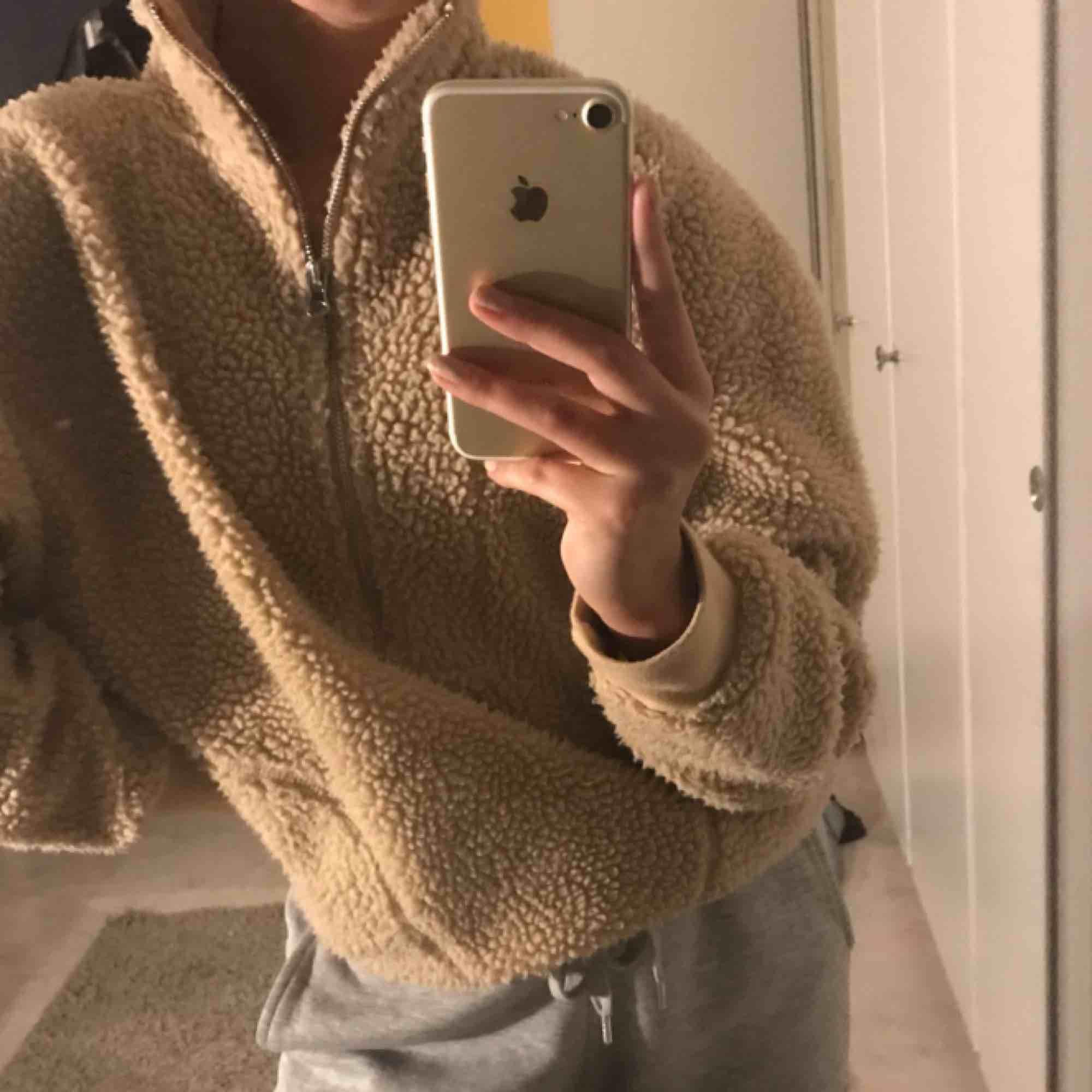 Teddy hoodie från bikbok, den är en storlek XS men mer som S och tror den passar m oxå. Två fickor på sidan,Pris kan diskuteras. Övrigt.