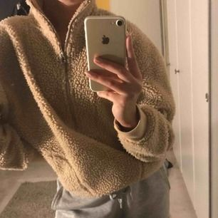 Teddy hoodie från bikbok, den är en storlek XS men mer som S och tror den passar m oxå. Två fickor på sidan,Pris kan diskuteras
