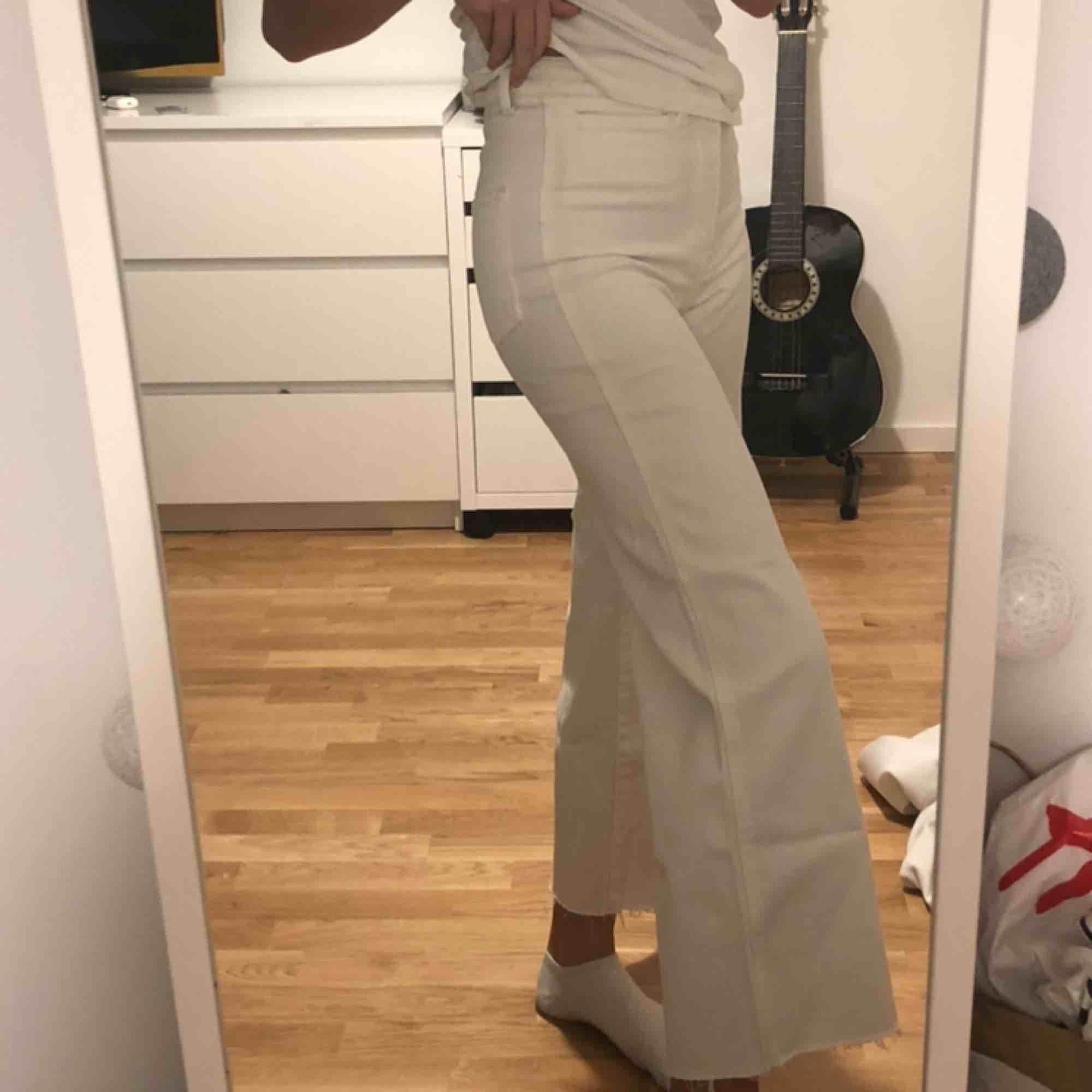 Säljer mina fina vita jeans från H&M! Endast använda 1 gång! Möts upp i Stockholm annars står köparen för frakt💕. Jeans & Byxor.