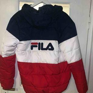 Puffer jacket från Fila! Jätteskön och mysig. Frakt 63 kr 🥰