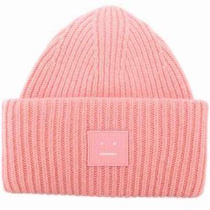 Den ursnygga acnemössan i Pansy-modellen i strålande skick! Älskar den rosa färgen MEN söker nu en i svart! Säljer den eller byter bort mot likadan i annan färg! Hör av dig så diskuterar vi pris!