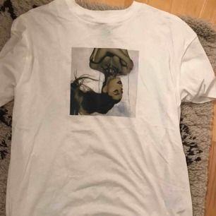 Oversized vit T-shirt med Ariana Grande tryck