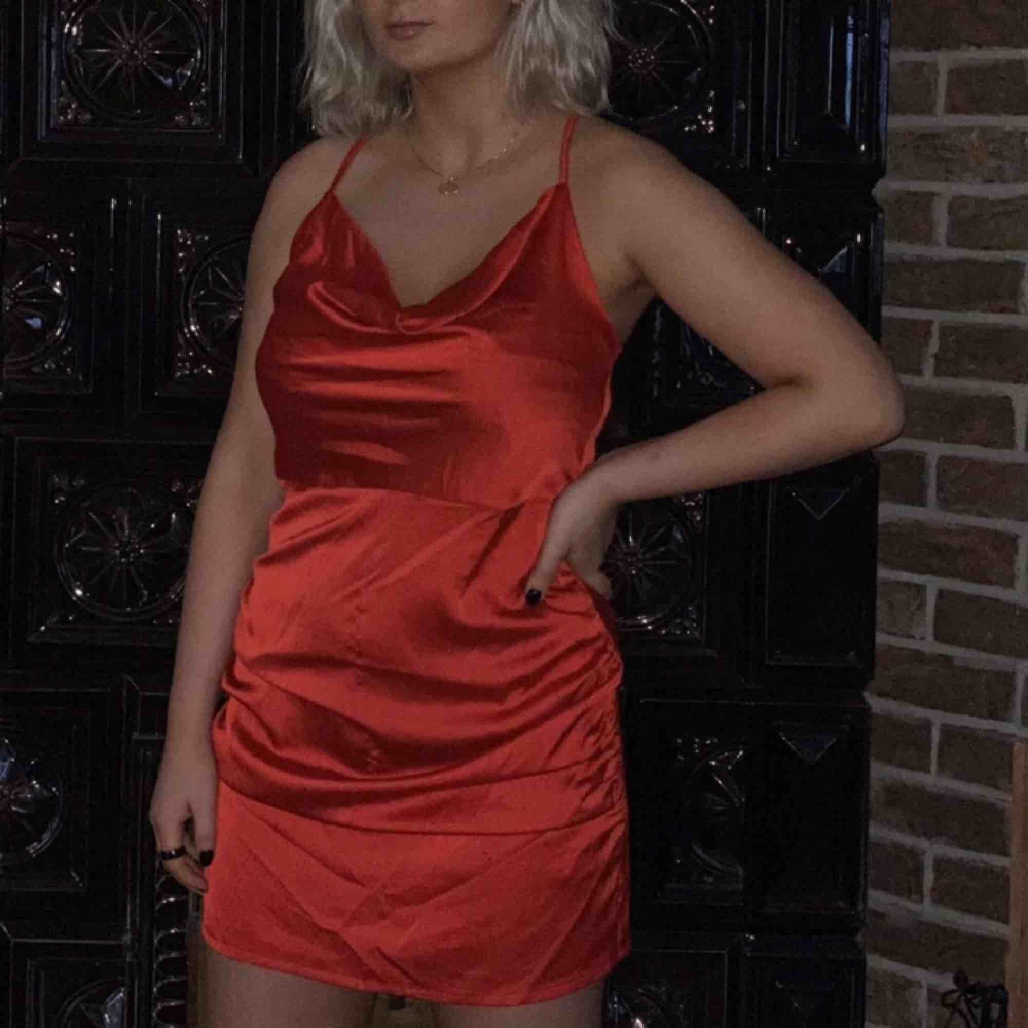 Röd figursydd silkesklänning😍‼️. Klänningar.