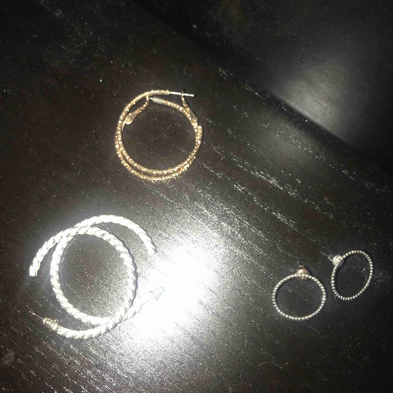 Örhängen i silver och guld färg som är sparsamt använda. Desinficeras innan . 1 par för 20 kr  , alla tre paren för 50 Kr. Frakt 10 Kr . Accessoarer.