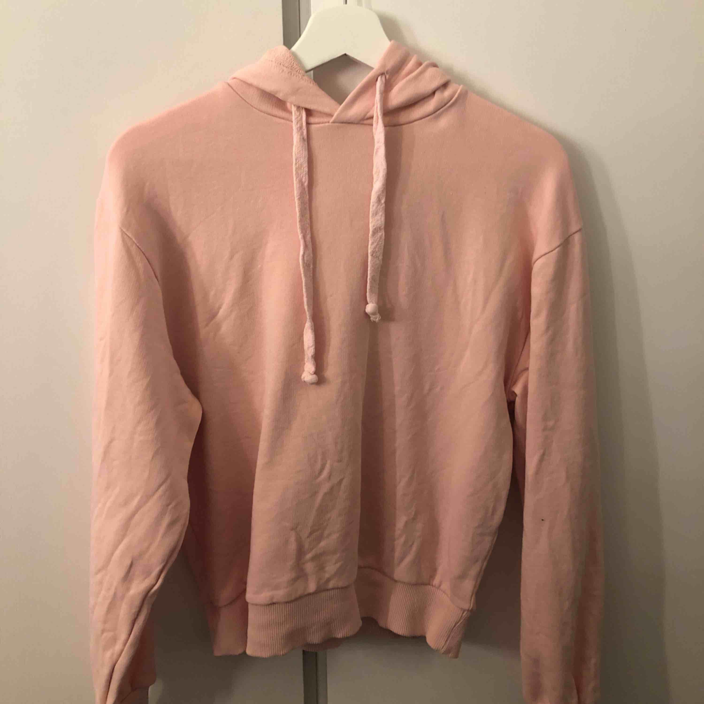 Rosa hoodie från NAKD. Endast använt några få gånger så bra skick. Frakt betalas av köparen.. Huvtröjor & Träningströjor.