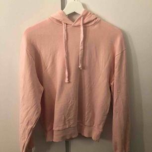 Rosa hoodie från NAKD. Endast använt några få gånger så bra skick. Frakt betalas av köparen.