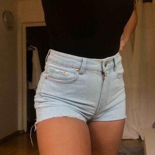 Jätte fina jeansshorts från Gina, älskar färgen på dom men har inte riktigt varit tillräckligt bekväm för att gå utomhus i dom. Använda en gång vid ett kort tillfälle💞