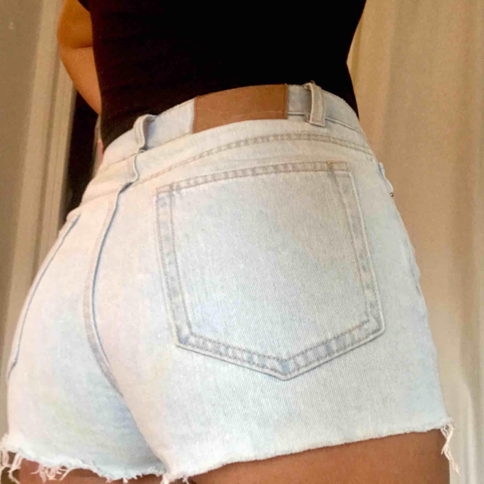 Jätte fina jeansshorts från Gina, älskar färgen på dom men har inte riktigt varit tillräckligt bekväm för att gå utomhus i dom. Använda en gång vid ett kort tillfälle💞. Shorts.