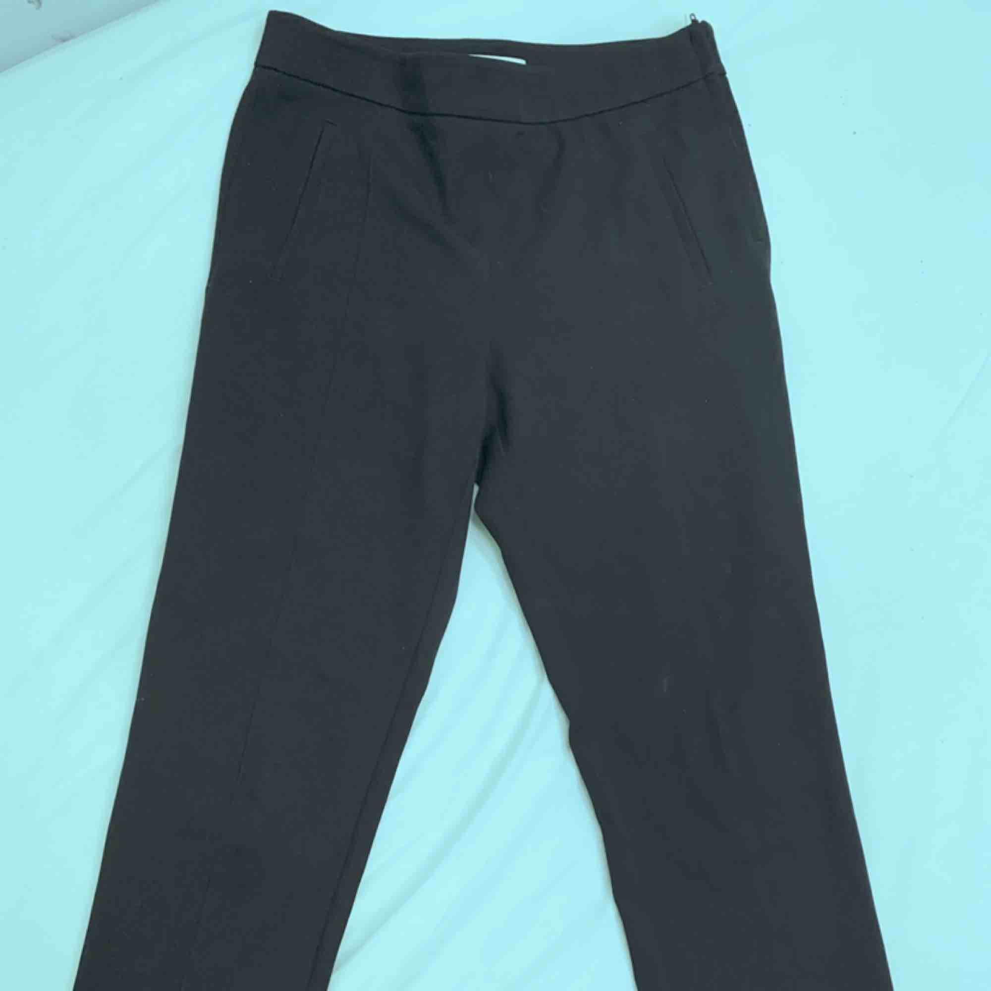 Skitcoola kostymbyxor med snörning nertill! I storlek 38 Säljer då jag vuxit ur dom. Köpare står för frakt! 🥰. Jeans & Byxor.