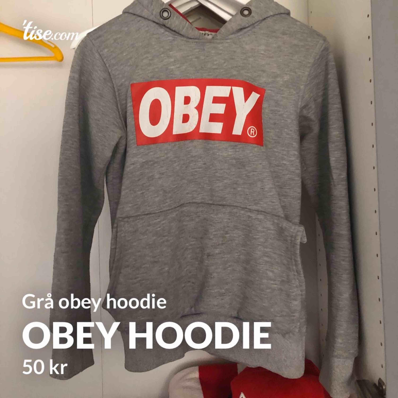 Grå obeyhoodie, fake men de märks inte. Sömmen på fickan hat lossnar lite men de går lätt att fixa på 5min. Storlek S. #hoodie #obey. Huvtröjor & Träningströjor.