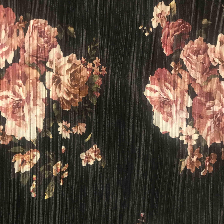 Underbar svart blus med rosor på i storlek S. Använd 2 somrar men inte min stil längre . Fortfarande fin och användbar. Kan mötas upp i Stockholm samt i Västerås. Frakt 10 Kr . Blusar.