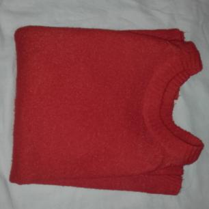 Röd/Orange stickad tröja. Säljs pga att jag inte passar i färgen💗