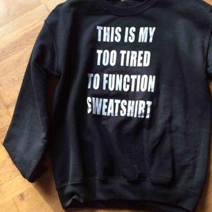 Oanvänd svart statementsweatshirt i stl M. Priset är inkl frakt.