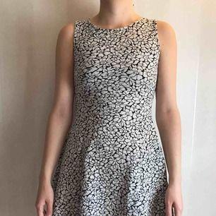 kort klänning i polyester, något tjockare material. bra höst/vinterklänning!